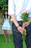 homme chinois asiatique de fille proposant à Photographie stock libre de droits