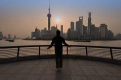 Homme chinois exerçant la corde à sauter le bord de mer Changhaï de digue Images libres de droits