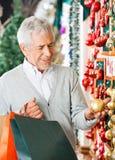 Homme choisissant des ornements de Noël Photo stock