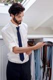 Homme choisissant la ceinture images stock
