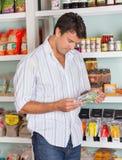 Homme choisissant le produit dans le magasin Image stock