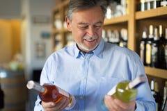 Homme choisissant le vin Images libres de droits
