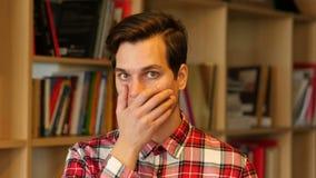 Homme choqué, étonné par la perte banque de vidéos