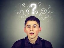 Homme choqué avec beaucoup de questions et aucune explication ou réponse Images stock