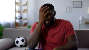 Homme choqué par défaite d'équipe de football en concurrence, équipe laissant la ligue photos libres de droits