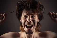 Homme choqué par l'action de l'électricité Images stock