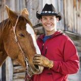 Homme choyant le cheval. Image libre de droits