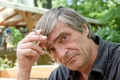 Homme cinquante regardant sur vous Photos libres de droits