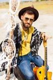 Homme comme hippie de boho contre le ciel bleu Photo stock