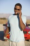 Homme communiquant au téléphone portable Images stock