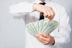 Homme comptant des dollars dans des mains Photo libre de droits