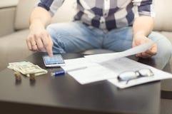 Homme comptant l'argent Photos libres de droits