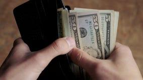 Homme comptant l'argent dans le portefeuille banque de vidéos