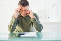 Homme concentré analysant le compte Photos stock
