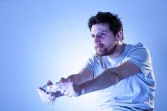 Homme concentré avec Gamepad Photos libres de droits