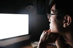 Homme concentré en verres regardant l'écran vide de l'ordinateur images libres de droits