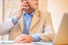 Homme concentré parlant au téléphone portable Photos stock
