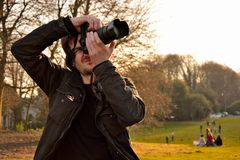 Homme concentré prenant une photo images libres de droits