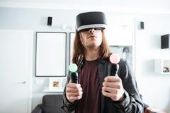 Homme concentré reposant à la maison à l'intérieur des jeux de jeu Photo stock