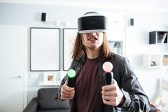 Homme concentré reposant à la maison à l'intérieur des jeux de jeu Image stock