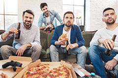 Homme concentré sérieux tenant une tranche de pizza Image stock