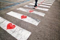 Homme conceptuel dans l'amour sur la promenade Photos stock