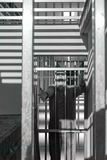 Homme condamné derrière des barres d'une porte de prison, criant dans la crainte et la colère image stock