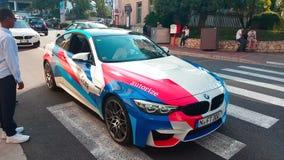 Homme conduisant BMW blanc M4 dans les rues du Monaco clips vidéos