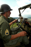 Homme conduisant la jeep Photographie stock libre de droits