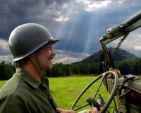 Homme conduisant la jeep militaire Photos libres de droits