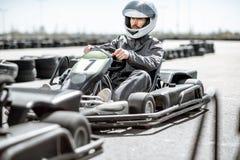 Homme conduisant le kart sur la voie photographie stock libre de droits