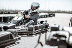 Homme conduisant le kart sur la voie photo stock