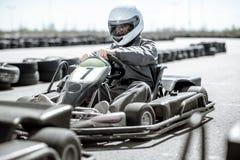 Homme conduisant le kart sur la voie photos libres de droits