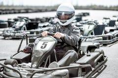 Homme conduisant le kart sur la voie images libres de droits