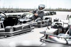 Homme conduisant le kart sur la voie image stock