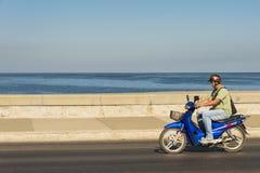 Homme conduisant le scooter avec les yeux fermés La Havane Photographie stock libre de droits