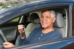 Homme conduisant le véhicule Photographie stock libre de droits