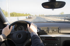 Homme conduisant le véhicule Images stock