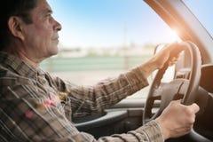 Homme conduisant le véhicule photo stock