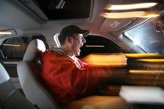 Homme conduisant le véhicule image libre de droits