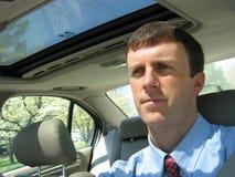 Homme conduisant le véhicule au travail image stock