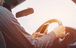 Homme conduisant le véhicule Les mains du mâle est conducteur sur la voiture de volant Images libres de droits