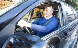 Homme conduisant son véhicule Photographie stock libre de droits
