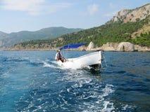 Homme conduisant un bateau Photos libres de droits