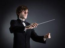 Homme conduisant un orchestre Images stock