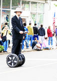 Homme conduisant un Segway Image stock