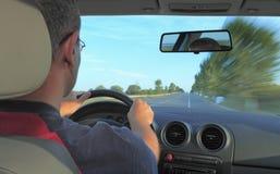 Homme conduisant un véhicule Photographie stock libre de droits