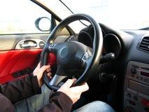 Homme conduisant un véhicule images stock
