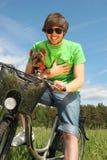 Homme conduisant un vélo images libres de droits
