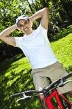 Homme conduisant une bicyclette photo stock